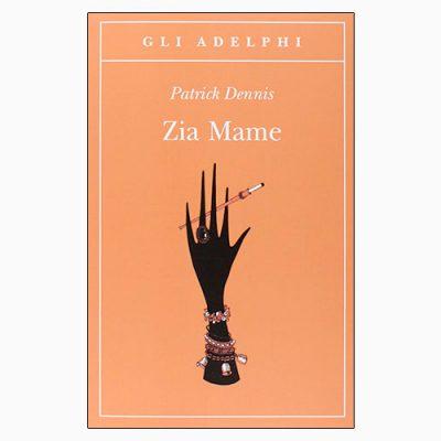 """La copertina di """"Zia Mame"""", libro scritto da Patrick Dennis e pubblicato da Adelphi"""