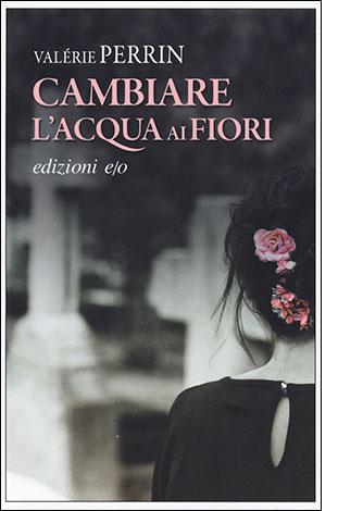 """La copertina del libro """"Cambiare l'acqua ai fiori"""", scritto da Valérie Perrin e pubblicato da edizioni e/o"""
