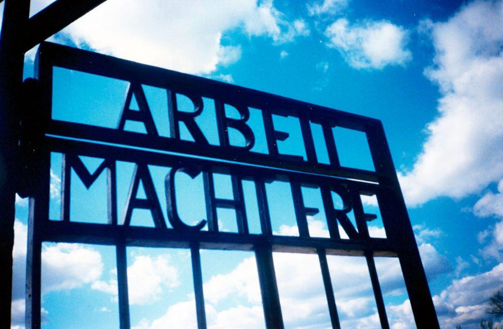 """La cancellata dell'ingreso di Sachsenhausen con la scritta """"Arbeit macht frei"""""""