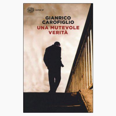 """La copertina del libro """"Una mutevole verità"""" di Gianrico Carofiglio (Einaudi)"""