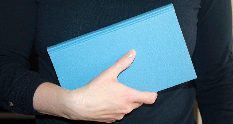 Un libro tenuto in mano come simbolo del #miolibro2020 di ogni lettore della nostra community