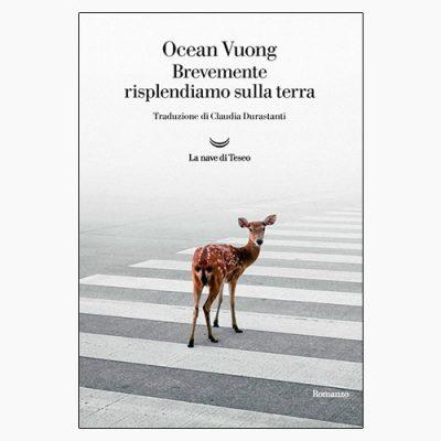 """La copertina del libro """"Brevemente risplendiamo sulla terra"""" di Ocean Vuong (La nave di Teseo)"""